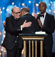 Ennio Morricone premiato da Quincy Jones / credit: Aaron Poole / ©A.M.P.A.S.
